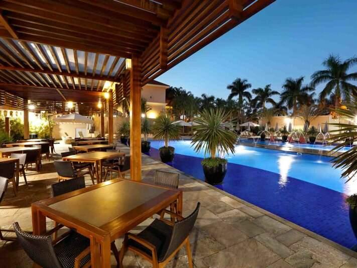 Ambientes onde pode ser desfrutado da gastronomia próximo a piscina