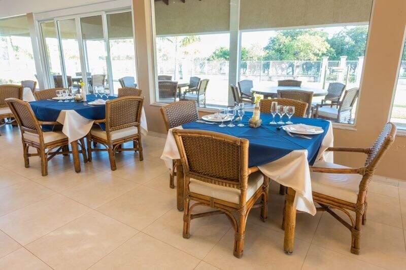 Restaurante com as mesas postas com detalhes das toalhas em azul